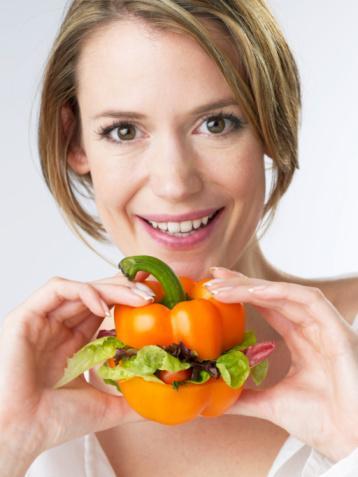 Ne yapmalısınız?  Fast food'dan uzaklaşın!  Fast food yiyecekleri yeme alışkanlığınızı, her günden 15 günde bire çekmelisiniz. Ayrıca fast food seçiminizde daha az yağlı bir hamburger seçerken, patates kızartmasından uzak durmalı, içeceğinizin ise diyet olmasına dikkat etmelisiniz. Böylece en az zararla kurtulabilirsiniz.   Düzenli beslenme Gün içinde düzenli beslenmeye dikkat etmelisiniz. Kahvaltıyı atlama alışkanlığınızdan vazgeçmelisiniz. Kahvaltıda bir tost yemeli, öğlen vaktinde ise eğer yiyebiliyorsanız et, balık ve yanında sebze yemelisiniz. Akşam yemeğinde ise sebze ve protein ağırlıklı, karbonhidratın olmadığı güzel bir yemek yiyebilirsiniz.