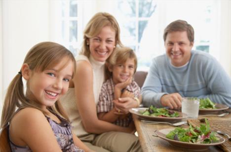 30 - 50 YAŞ ARASI: AİLE YAŞAMI  30-50 yaş arasında hayatınız tamamen değişmeye başlamıştır. Belki evlenmiş, belki çocuk sahibi olmuş, belki evinizi taşımış, belki de iş hayatınızda değişiklikler yaşamışsınızdır. Kısacası hayatınız rayına girmiştir. Bu dönem kilo almaya en müsait olduğunuz dönem olduğu için, dizginleri bir an önce elinize almalı ve kiloların saldırısına maruz kalmamayı öğrenmelisiniz.   Neden kilo alıyorsunuz?  Birlikte yaşam Evli çiftlerin sorunlarından biri evliliğin ilk yıllarında kilo almalarıdır. Bunun nedeni ise evliliğin verdiği heyecanla ilk günlerde, özellikle akşam yemeklerinin özenle hazırlanmış olmasıdır. Eşine sürpriz yapmak isteyen bir kadın sürekli olarak yağlı ve kalorili yiyeceklerle masayı doldurursa hem eşi hem de kendisi kilo alır. Unutmayın; bir erkeğin günlük alması gereken kalori miktarı 2400, bir kadının ise 1800'dür.