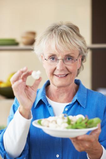 50 YAŞ VE ÜSTÜ: MENOPOZ DÖNEMİ Özellikle kadınlar için 50 yaş ve üstü önemli bir dönemdir. Menopoz döneminin başlamasıyla birlikte vücutta da çeşitli değişiklikler görülmeye başlar. Tüm bu değişiklikler karşısında nasıl davranmanız gerektiğini bilmelisiniz.   Neden kilo alıyorsunuz?  Vücut değişimi Menopoz döneminde yumurtalıklarınız daha az kadınsal hormon üretir. Kalçalarınızda yağlar birikmeye başlarken, mideniz de giderek şişer. Vücudunuz su tutmaya daha yatkın olur ve bu da görüntünüzün değişmesine neden olur.