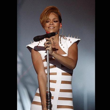 Rihanna pembe bikinisiyle büyüledi - 19