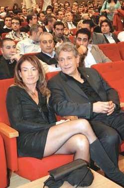 60 yaşındaki Neco da 33 yıllık eşi Oya Germen'i bırakıp kendisinden 25 yaş küçük İdil Erge ile evlendi.