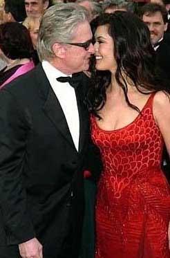 Ünlü aktör Michael Douglas milyonlarca dolar tazminat ödeyerek Diandra Douglas'tan boşandı ve Catherine Zeta Jones ile evlendi.