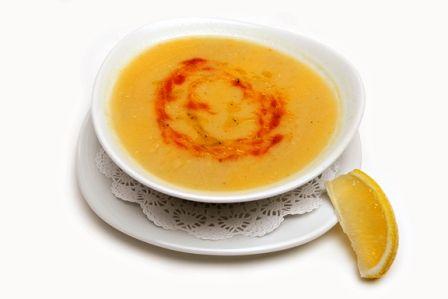 Mercimek çorbası  (Bir porsiyon mercimek çorbası 4.2 mg demir içerir.)  Malzemesi: 1 kaşık biber salçası, 1 çay kaşığı pul biber, 1 adet kuru soğan, 3 kaşık katı yağ, 2 kaşık domates salçası, 1 çay bardağı kırmızı mercimek, 1 çay bardağı köftelik ince bulgur, 5-6 su bardağı su, derisiyle bir parça tavuk ( Püf noktası: Mercimekli çorbalara katılan tavuk yemeğinizin rengini safran sarısı ve lezzetini muhteşem yapar.), 1 çay bardağı pirinç, 1 çorba kaşığı tel şehriye, 2 çay kaşığı kuru nane, karabiber, tuz