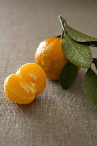 Mandalina ile gribe veda edin!  Kışın enfeksiyonlara yakalanmamak için vitamin ve mineral yönünden zengin beslenmek gerekir. Özellikle A, C, B6 ve E vitaminlerinden zengin olan brokoli, lahana, karnabahar, havuç, marul, yeşil biber, roka, sarmısak ve soğan yenmeli. Meyvelerden de portakal, mandalina, greyfurt, kivi ve elmadan bir veya birkaçı günlük beslenmemizde yer almalıdır. Kış mevsiminde tüketilen vazgeçilmez yiyeceklerin başında kurubaklagiller gelir. Özellikle kuru fasulye, nohut ve yeşil mercimek gibi kuru baklagiller iyi birer protein kaynağıdır. Kış mevsiminde beslenme alışkanlığında meydana gelen değişikliklerden biri de daha yağlı yiyeceklerin tüketilmesidir. Özellikle tereyağı ve margarin tüketmekten kaçınılmalı, yemeklere zeytinyağı konulmalıdır.
