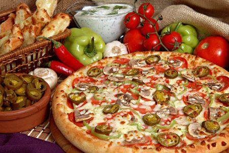 Mantarlı pizza (4 Kişilik)   Malzemeler:  4 kişilik pizza hamuru  100 gr rendelenmiş kaşar peyniri  1/2 kg mantar  1 adet limon  Yeteri kadar tuz, karabiber  Zeytinyağı  Hazırlanışı:  Mantarlar güzelce yıkandıktan sonra dilimler halinde doğranarak kararmamaları için limonlu suya konur. Pizza hamuru elle 0.5 cm kalınlığında açılıp, yağlanmış bir tepsiye yayılır. Üstüne mantar dilimleri düzenli bir şekilde yerleştirilir.  Peynir, tuz ve karabiberi serpilir. Gezdirerek zeytinyağı dökülür ve önceden 180 derece kızdırılmış fırına sürülür. Yaklaşık 30-35 dakika fırında pişirilir. Pizzanın üstü ve kenarları nar gibi kızarınca fırından çıkarılır ve bekletmeden servis yapılır.