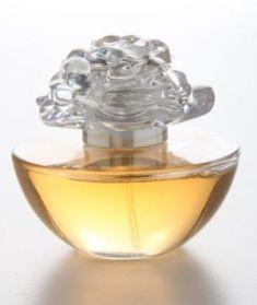 Avon In Bloom by Reese Witherspoon, manolya, şeftali, çay yaprakları ve odunsu notaların çekici bir bileşimi.