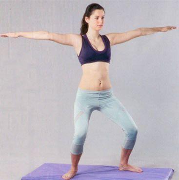 1. YUKARI VE YANA UZAN Ayaklarınızı bitiştirerek ayakta durun, kollar yanlarda, avuç içleri bacaklara dönük olmalı. Yavaşça çömelirken gövdenizi hafifçe öne doğru itin ve kollarınızı yukarı doğru kaldırın. Başlangıç pozisyonuna dönerek 12-16 kez tekrarlayın.  İlk hareketteki gibi başlangıç pozisyonunu alın ve sağa doğru genişçe bir adım atın; ayakları dışa çevirin ve bacaklarınız yanlara açık squat yaparken (çömelirken) kollarınızı yanlardan omuz hizasında yukarı doğru kaldırın. Avuç içleri yere baksın. Ayaklarınızı kapatıp kolları yana indirerek başlangıç posizyonuna gelin ve hareketi bir de sol bacağınızı yana atarak tekrarlayın. Bu bir turdu, 6-8 tur olarak tekrarlayın.