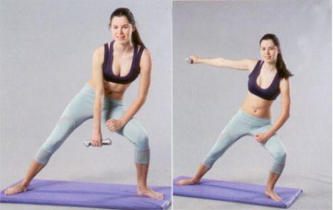 2. KOLLARI YANA KALDIRMA Sağ elinizde bir dambıl tutun ve sol bacağınızla ileri doğru bir hamle yapın. Sağ ayağınızı dışa doğru çevirin ve ön kolu (kolun bilekle dirsek arasındaki kısmı) sağ baldırınıza yerleştirin; avuç içi yukarı bakmalı. Dambılı tutan sağ kolunuzu aşağı doğru uzatın; avuç içi sola bakmalı.   Sağ kolunuzu omuz hizasında yandan yukarı doğru kaldırın. Kolunuzu alçaltıp tekrarlayın. 12-16 kez tekrarladıktan sonra dambılı diğer elinize alarak hareketin simetrisini yapın.