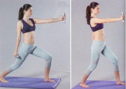 3. DAMBILLA LUNGE Her iki elinize de birer dambıl alın; avuç içleriniz bacaklara doğru baksın. Sol bacağınızla ileri doğru hamle yaparken sol kolunuzu da önünüzde, yukarı omuz hizasına kaldırın; sağ kolunuzu da arkanızda aşağı uzatın.   Bacaklarınızın dengesini sağlayarak sağ kolunuzu ileri, sol kolunuzu geri çekerek ve kolları sürekli değiştirerek 12 kez tekrarlayın. Sonrasında tekrar başlangıç pozisyonuna gelip bu kez sağ bacağınızla hamle yaparak 12 tekrar daha yapın.