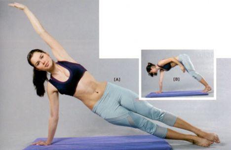 5. DENİZKIZI PLANK Sağ tarafınıza doğru uzanın, bacaklarınızı düz bir şekilde uzatın; sağ elinizden ve ayaklarınızdan destek alarak yana plank pozisyonu alın. Yerdeki bileğiniz omuzla hizalı olmalı. Sol kolunuzu yukarı geri doğru kaldırın. Sol kolunuzla vücudunuz düz bir çizgi oluşturmalı. Yukarı doğru bakın.   Omuzlarınızı yere doğru çevirirken, kalçanızı yukarı doğru kaldırın ve havadaki sol kolunuzu da sağ baldırınıza yaklaştırın. Başlangıç pozisyonuna dönün. 8-10 kez tekrarlayın. Yön değiştirerek hareketin simetrisini yapın.