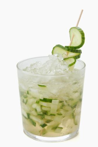 Votka Akşamdan kalmalık derecesi: 3/10 Aktif kömürden süzülmüş ve içilebilecek düzeye dek sulandırılırmış saf alkoldür. Ham maddesi çavdar, buğday ve benzeri tahıl ile patatestir.   Kalori:  35 ml shot'luk bir votka, 72 kaloriye sahiptir.  Avantajları: Yüksek alkol derecesine rağmen (yüzde 40 kadar) en az sarhoş eden içkidir.  Dezavantajları:  Tatsız olduğundan genellikle meyve suyu ve diğer içeceklerle karıştırılarak içildiği için kimi zaman içki alemlerinde ölümlere neden olabiliyor.