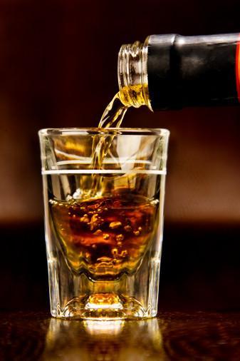 Viski Akşamdan kalmalık derecesi:  8/10  İrlanda ve İskoçya dilinde 'hayat suyu' anlamına gelen, genellikle tahta fıçılarda dinlendirilmiş malt içeren bir tür alkollü içkidir. Viski, sek olarak, sulu veya buzlu ya da başka içecekler veya içkilerle içilir.   Kalori: 35 ml shot'lık viskide, 80 kalori vardır.   Avantajları:  Uzmanlar, viskideki asitli bir maddenin kanserli hücreleri öldürdüğünü söylüyor.   Dezavantajları:  Viski 'deliliği', kararsız ve tahmin edilemez davranış, viski içenlerin genel problemidir.