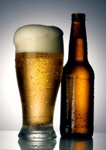 Bira  Akşamdan kalmalık derecesi:  4/10 Su, tahıl, daha sıklıkla arpa, bazen buğday ya da çavdar ve şerbetçiotu karışımı bir içecektir. Kalorisi en zengin içkilerin başında gelir. Yedi adet çikolatalı bisküvinin kalorisiyle eşittir.   Kalori: 170 ile 200 kalori arasındadır.  Avantajları: Pek çok içkiye göre alkol derecesi epey düşüktür. (en fazla yüzde 8) En tehlikesiz içkilerdendir. İçeriğinde kalp hastalıklarını önleyen Vitamin B folatı vardır.   Dezavantajları: Kandaki ürik asidin artmasına neden olan pürin maddesi içerir. Günde iki biradan fazlasının, gut hastalığını tetiklediği belirtiliyor.