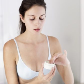 Retinol içeren ürünler kullanın. Bu madde, cildinizde gözle görünür biçimde fark yaratacaktır. Çizgilerin görünümü hafifler, cildin dokusu iyileşir, kolajen üretimi artar ve lekelerin görünümü hafifler. Skinceuticals Retinol 0.3 kremi deneyin.