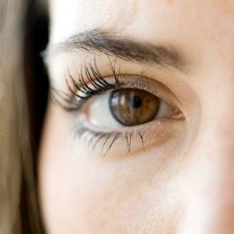 """Gözlerinize zaman ayırın. Müşteri portföyünde Vanessa Williams gibi ünlülerin bulunduğu makyaj uzmanı Sam Fine, """"Gözler yaşınızı en çok ele veren yerdir,"""" diyor. """"Gözkapağınızın ortasına ve gözlerinizin iç köşelerine bir parça parlak far sürmek, gözlerinizde aydınlık bir etki yaratacaktır. Ama kırışıklıkların görünümünü artıran pırıltılı farlardan kaçının. Üst kirpiklerinizin üstüne kahverengi kalem veya farla çizgi çekmek ve kaş hattınızın altına bir parça highlighter sürmek gözlere çok daha genç bir görünüm verecektir."""