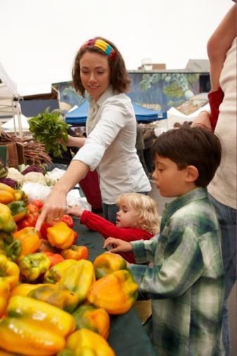 """Sağlıklı besinler bulunan bir dükkânda alışveriştesin...  BAŞTAN ÇIKARICI İstediğin her şeyi alıp oradan uzaklaşmak... Ne de olsa hepsi sağlıklı besin ve hepsi de senin için çok yararlı değil mi?   KURTULUŞUN BURADA  Ne yazık ki etiketinde """"organik"""", """"doğal"""" ve """"buğday"""" yazan her şey """"Bunlardan istediğin kadar yiyebilirsin"""" anlamına gelmiyor. """"Kullanılan kimyasallar ve pestisitlere göre organik besinlerin de bir standardı var ve bu az kalori veya düşük yağlı besinler anlamına gelmiyor"""" diyor American Dietetic Association'ın sözcüsü, araştırmacı Roberta Anding. Ve ekliyor: """"Ayrıca tamamen doğal olup, sağlığın için hiç de yararlı olmayan ürünler de var. Örneğin Hindistan cevizi yağı bunlardan birisi çünkü doymuş yağ oranı gerçekten çok yüksek!"""". Aldığın şeylerin etiketlerindeki besin değerleri tablolarına dikkatlice bakmalısın. Son olarak eğer karışık tatlardan oluşan bir içecek almak istiyorsan (örneğin 600 kalorilik olanlardan) bunu yemeğin yanında içecek olarak değil, tek başına bir öğün yerine geçeceğini bilerek tüket."""