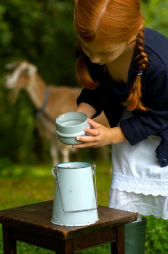 Uzman tavsiyesi:  Hayvansal besinlerden özellikle süt ürünlerinden uzak dur.   Evdeki çözüm:   Kalsiyum sadece sütte bulunmaz. Badem, brokoli ve susam sütten kat kat daha fazla kalsiyum içerir. Daha organik ve doğal beslendiği için keçi sütü ve keçi peyniri tercih edilebilir. Evde kolaylıkla badem sütü hazırlayabilirsin.