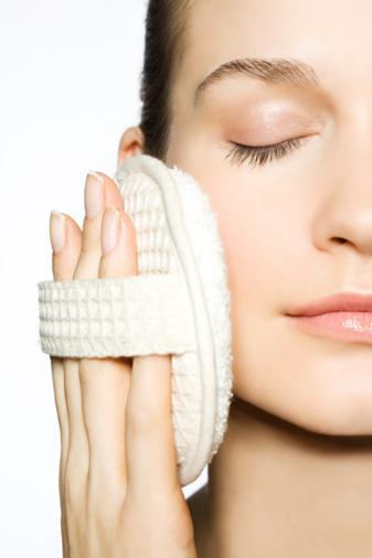 Çözüm: Cildine suçlu gibi davranma. Tenin hassassa, retinoit (cildin soyulması sağlayan kimyasallar) içeren ürünler kullan. Kistli aknen varsa cilt üzerinden ölü deri hücrelerini döken kozmetik maddelerden uzak dur. Diğerleri ise kayısı çekirdeği gibi sert parçacıkları olan peelingle ovalamamaya dikkat etsin. Onun yerine yumuşak jojoba (nemlendirici bir bitki) ile beyazlatılmış balmumu içeren ürünler kullanılabilir. Dermatologlar bile malzemelere bakarak taneciklerin içeriğini tanımlayamaz. O yüzden senin yapacağın sadece satın alıp denemek. Eğer bir ürün saman kâğıdı hissi veriyorsa, dirseklerin, dizlerin veya topukların için kullanabilirsin, boşa harcamana gerek yok. Tahriş olmaması için nemlendirici kullan, başka ürüne geçeceğin zaman bir hafta ürün kullanma ve ev peeling'ini de iki haftada bir uygula. Eğer yanma hissedersen (az bir şey normalde hissedilir), hemen suyla durula ve nemlendirici sür. Kremi yüzün için tekrar kullanma.
