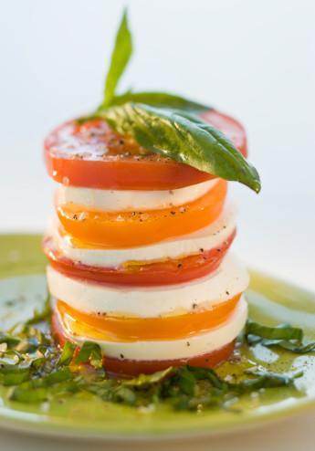 Akdeniz diyeti Yapılan değerlendirmede, popüler diyetler arasında tüketilen ürün çeşidi, zenginliği bakımından en sağlıklı ve başarılı beslenme türleri arasında gösteriliyor. Güney İtalya, özellikle de Yunanistan'ın Girit adasındaki beslenme biçiminin esas alındığı bu diyet, bol miktarda taze sebze ve meyve, tahıl, tohum, peynir,yoğurt, et olarak bol miktarda balık, az miktarda kırmızı et ve bolca zeytinyağı, makul oranda şarap tüketimine dayanıyor.   Akdeniz diyeti ömrü uzatıyor
