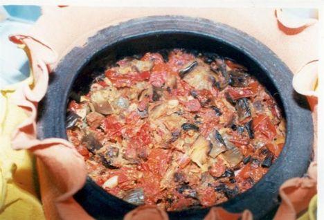Çömlek  Malzemeler: 1 kg parça et  1 kg patlıcan  2 kg domates  1/2 kg yeşilbiber  1 yemek kaşığı Urfa sadeyağı yoksa tereyağı da olabilir  2 soğan  6–7 diş sarımsak  1 tatlı kaşığı tuz.  Hazırlanışı: Patlıcanlar yıkanıp kuşbaşı doğranır. Domatesler yıkanıp, patlıcan büyüklüğünde doğranır. Soğanlar iri iri doğranır. Yeşilbiber yıkanıp iri iri doğranır. Sarımsaklar soyulup yıkanır. Et çömleğe alınır bir su bardağı su ve ölçülü yağ ile hafif pişirilir. Soğanlar ve yeşil biber çömleğe eklenip kavurmaya devam edilir (10-15 dakika). Domates patlıcan ve sarımsak çömleğe eklenip tuz konur. Fırında suyunu çekinceye kadar 3-4 saat pişirilir. Sıcak servis yapılır.