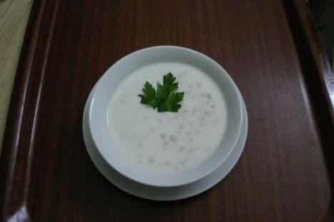 Arpa Lebenisi  Malzemeler:  2 kg yoğurt  2 su bardağı ıslatılmış arpa yoksa yarma buğday  1 tatlı kaşığı tuz  1 su bardağı haşlanmış nohut  Hazırlanışı: Arpalar bir tencerede yumuşayıncaya kadar pişirilir. Nohutlar katılır. Yoğurt pişmiş arpalara karıştırılır. Birkaç taşım kaynatılır. Tuz eklenir. Tabaklara konur. Sıcak veya soğuk servis yapılır.