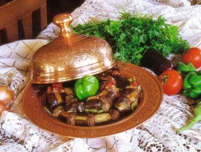 Kazan Kebabı   Malzemeler:  6 tane patlıcan (orta boy) 2 tane sivri biber (şerit şeklinde doğranmış) 3 tane domates (küp şeklinde doğranmış) 1 su bardağı su (kaynamış) 1 tatlı kaşığı tuz Yarım çay bardağı sıvıyağ  İçi için malzemeler:  Yarım kuzu kıyması (orta yağlı)  1 tane küçük kuru soğan (küçük küçük doğranmış)  1 tane küçük sivri biber (küçük küçük doğranmış)  1 tane küçük domates (küçük küçük doğranmış)  2 diş sarımsak (rendelenmiş)  1 tatlı kaşığı salça  1 tatlı kaşığı isot  1 tatlı kaşığı tuz  1 çay kaşığı kara biber  Hazırlanışı: Derin bir kabın içine iç malzemelerinin hepsini koyup hafif yoğurarak iyice karıştırın. Patlıcanların saplarını kestikten sonra verev şeklinde (patlıcanları tamamen kesmeden) aralarında iki parmak eninde boşluklar bırakarak patlıcanların üzerinde kesikler oluşturun.  Patlıcanların kesik kısımlarını önceden hazırladığınız iç malzemeyle doldurun. Doldurmuş olduğunuz patlıcanların kesik kısımları üste gelecek şekilde tencereye dizin. Üzerlerini doğramış olduğunuz domates ve biberlerle kapatıp tuz, yağ ve sunu ekledikten sonra bir pişirme taşı veya bir tabak üzerine kapatıp kısık ateşte patlıcanlar pişene kadar pişirin. Yemeğiniz pişince yaklaşık 20 dakika kadar dinlendirdikten sonra istediğiniz şekilde servis yapın.