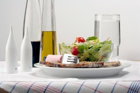 Sirke: Salatalara ekleyeceğin sirke tokluk süreni uzatabilir. Yapılan bilimsel çalışmalar, sirkenin içinde bulunan asetik asidin sindirim hızını yavaşlattığını ortaya koymuştur. Böylece kan şekerin daha dengeli yükselir ve daha uzun süre kendini tok hissedersin.