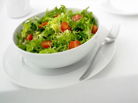 Salata:  Öğünlere koca bir kâse salata ile başlamak veya öğün içerisinde bolca salata tüketmek, öğünde alınan kaloriyi azaltabilir. Sebzeler yüksek posa yoğunlukları ile midede yer tutarak daha çabuk doymamıza yardımcı olurlar. Ayrıca zayıflama diyetlerinde görülebilecek bir sorun olan kabızlığın da çözümünde önem taşırlar.