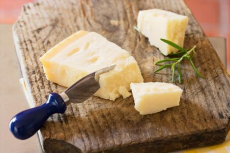 Peynir: İçeriğinde yer alan proteinler iştahı baskılamakta yardımcı olur. Bunun dışında yüksek kalsiyum içeriği ile de zayıflamaya yardımcı etkisi olabilir. Yapılan bilimsel çalışmalar yetersiz kalsiyum tüketiminin kilo vermeyi zorlaştırdığını ortaya koymuştur.  Diyet & Fitness Kanalları Editörü: Burcunur YILMAZ