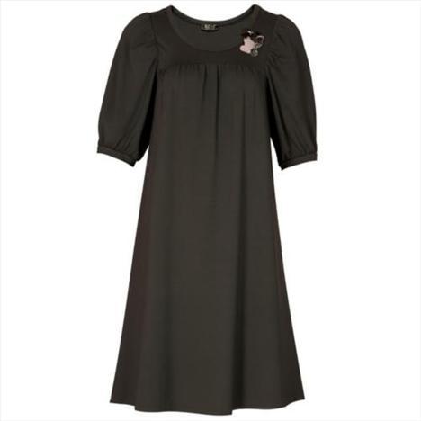 Siyah elbise, yakasındaki kedi şeklinde broşla çok şık ve sempatik...   Satın almak için tıklayın!