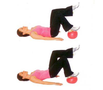 SIRTÜSTÜ YATARKEN TOP YERDE Sırtüstü yere uzan. Tek ayak topun üstünde, diğer bacak ise 90 derece bükülü olmalı.   Ağırlığını topun üstüne basan bacağa vererek vücudunu yukarı kaldır. Sırt kaslarının iyice çalıştığını hissetmelisin. Kalça ve bacak kasları çalışıyor.