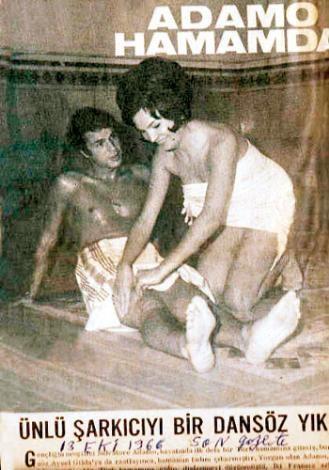 ADAMO  Fecri Ebcioğlu ve Sezen Cumhur Önal'ın önderliğinde sevilen yabancı şarkıların üzerine Türkçe sözlerin yazılıp söylendiği günlerde en çok ilgi uyandıran şarkıcılardan birisi de, Adamo'ydu. Ve Adamo, 1967'de Galatasaray Hamamı'na girip göbek taşı keyfini yaşamıştı.