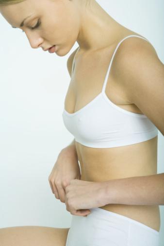1-İnsülin hassasiyetini onarmak Normal yaşlanma insülin reseptörlerinin üzerindeki hücre zarlarının gençliklerini ve fonksiyonlarını kaybetmesiyle oluşur. İnsülin direncinin saptanmasında kullanılan birçok laboratuar yöntemi vardır. Hiperinsülemi; kan insülin düzeyinin yükselmesidir. Bu da kalp ve damar hastalıkları riskini arttırmaktadır. Magnezyum, balıkyağı, krom ve kokoa polyphenols gibi içeriği olan bazı besinler insülin hassasiyetini onarmaktadır.  Düşük maliyetli bazı ilaçlarla insülin duyarlılığını gözle görülür bir şekilde arttırmak mümkündür. İnsülin duyarlılığını artırmak ve vücut ağırlığını düşürmek isteyenler için bu ilaçların dozaj aralığı günde 3 kez 250 mg ile günde 3 kez 850 mg yemeklerle olmak üzere değişebilir. İnsülin duyarlılığını artıran en önemli yol düşük kalori alımıdır. Günlük kalori kısıtlaması 1500- 1800 kalorinin altında alımdır.