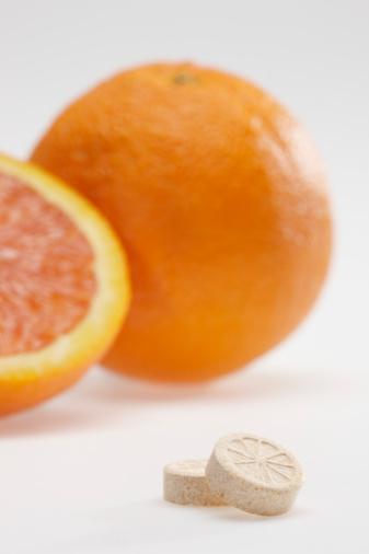 C vitamini  60 mg (günlük alımın tamamını sağlar). Yeni araştırmalar 60 mg'ın yeterli olmadığını ama multivitamin açısından yeterli olduğunu ortaya koyuyor. Zaten yiyeceklerden çok daha fazlasını alıyorsun. Mesela bir bardak portakal suyunda 120 mg C vitamini bulunur.