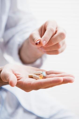 K vitamini  25 mcg (günlük alımın %31'ini sağlar) K vitamini, D vitamini ve kalsiyum ile beraber çalışıp kemik oluşumunu sağlar. Ancak bazı multivitaminler K vitamini içermez çünkü kanı incelten ve kalp hastalıklarında verilen Coumadin gibi ilaçlara müdahale edebilir. Kalp problemi olan kadınlar ekstra K vitamini almadan doktoruna danışmalıdır. Sağlıklı kalbe sahip kadınlar ise 100 mcg bulunduran bir takviye kullanabilir.  Önerimiz: Solgar Vitamin K (100 mcg), D vitamini ile beraber akşam yemeğinde al. Yemeğin içindeki yağ vücuttaki emilimi arttırır.