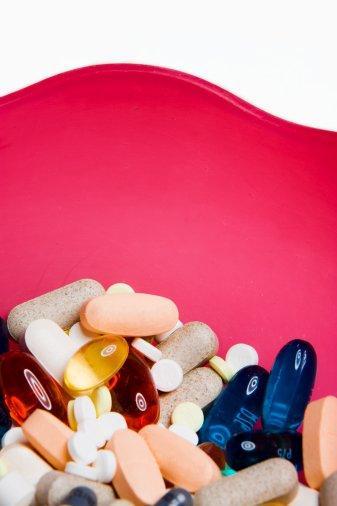 Kalsiyum  45O mg (günlük alımın %45'ini sağlar) Multivitaminin her şeyden daha çok kalsiyum barındırır. Onu bu kadar sevmemizin bir başka nedeni de zaten bu. Ama sen gün içerisinde ek olarak 550 mg olan takviyelerden almalısın. Bedenin her seferinde 500 mg sindirebilir. Önerimiz: Lifetime Calcium Magnesium Zinc & D Vitamin softgelz.