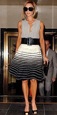 Victoria Beckham'ın bu fotoğraftaki giysileri Alexander McQueen, ayakkabıları ise Christian Louboutin imzalı.