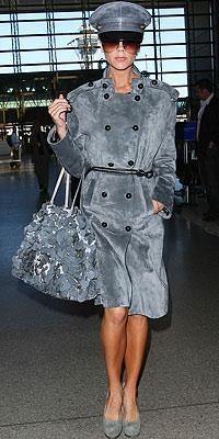 Victoria Beckham bu kombinasyonu Valentino ve Yves Saint Laurent giyerek oluşturmuş.