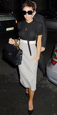 Victoria Beckham kendi koleksiyonundan bir elbise ile.