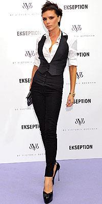 Victoria Beckham kendi tasarımlarının yanı sıra Marc Jacobs giyiyor.
