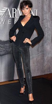 Victoria Beckham Giorgio Armani giyiyor.