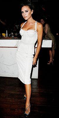 Beckham Dolce&Gabbana korset elbisesiyle.