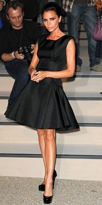 Beckham kendi tasarımı olan bir elbise giyiyor.