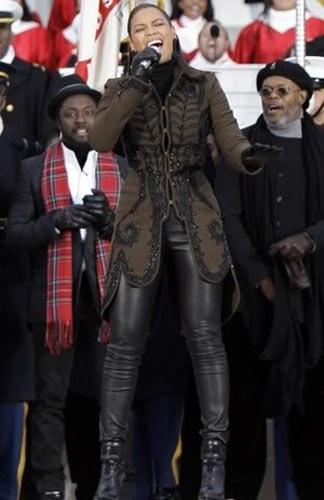 Beyonce'nin işlemeli uzun montu, militarist moda akımının çok başarılı bir temsilcisi.