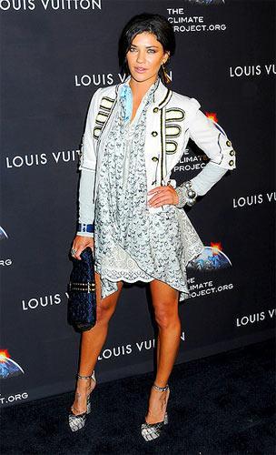 Jessica Szohr, militarist ceketini mini elbisesinin üzerine giyerek çok şı bir kombinasyon yaratmış.