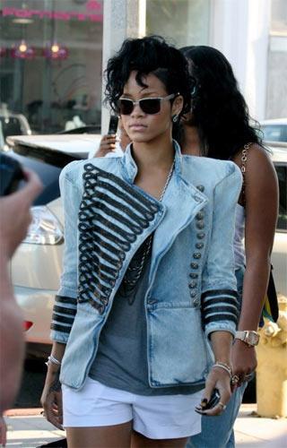 Rihanna Balmain ceketiyle.