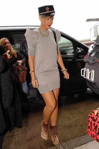 Rihanna'nın militarist şapkası çok cesur ve şık duruyor.