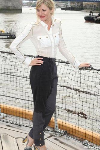 Sienna Miller beyaz altın işlemeli ve düğmeli gömleğiyle militarist akımın en zarif temsilcilerinden.