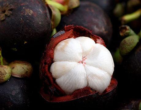 MANGOSTEEN  Güneydoğu Asya'ya özgü olan meyve, Mayo Clinic'in sitesinde rapor ettiği gibi önemli derecede antiinflamatuar etkiye sahip. Tropikal olan bu meyve, aynı zamanda zengin bir antioksidan kaynağı ve laboratuarda anti-inflamatuar etkiye sahip kimyasallar içeriyor.