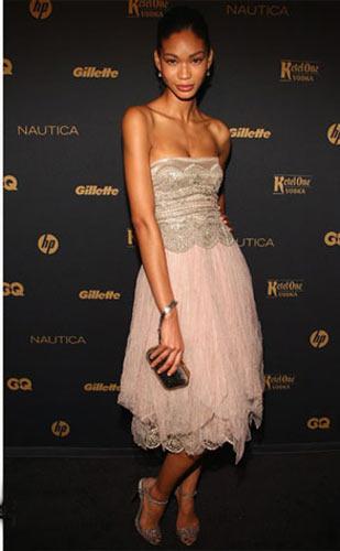 Chanel Iman – Ralph Lauren Pudra tonlarındaki elbiseyi podyumdakinin aksine straples olarak kullanmayı tercih etmiş güzel model.